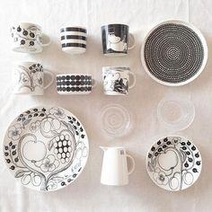 アラビアの「ブラックパラティッシ」でおしゃれに北欧コーディネートを - macaroni Kitchen Items, Home Decor Kitchen, Kitchen Goods, Nordic Design, Scandinavian Design, Ceramics Projects, Marimekko, Ceramic Painting, Cool Kitchens
