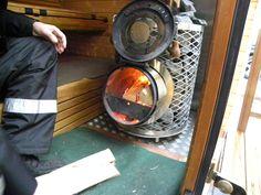 Aansteken van de kachel. De sauna is opgewarmd na 1u30min.
