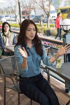 Park Shin Hye- Denim on denim.   Loving how effortless it looks