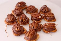 The Farmer's Nest: Poor Man's Turtles. Rolos, pretzels and pecans. Just Desserts, Delicious Desserts, Dessert Recipes, Pretzel Treats, Pretzel Bites, Peanut Butter Energy Bites, Good Food, Yummy Food, Sweet Recipes