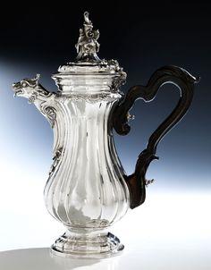 Höhe: 38,5 cm. Gewicht: 1340 g. Bodenseitig mit Mailänder Beschau punziert. Mailand, um 1770. Silber, getrieben, gegossen, reich ziseliert, mit Kopftülle...