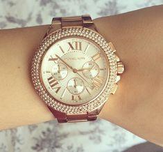 La pulsera es dorado. Yo PIENSO la pulsera es mas cara.
