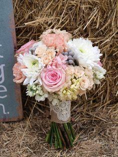 Ramo silvestre para una boda en el campo con rosas