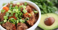 Deze heerlijke chili met groenten kan in de slowcooker gemaakt worden. Heerlijk pikant en met veel gezonde kruiden. Combineer met toppings als avocado of pijpajuin.