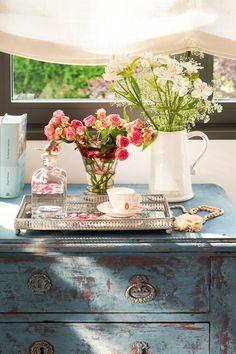 7_Cómoda antigua pintada de azul con flores_387956