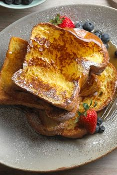Learn how to prepare this easy French Toast recipe like a pro. With a total time of only 15 minutes, you'll have a delicious breakfast ready before you know it. Latin Food, Empanadas, Enchiladas, La French, Decadent Cakes, Easy Smoothie Recipes, Tasty, Yummy Food, Food Presentation
