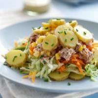 Recette Salade composée aux pommes de terre, Placer les pommes de terre dans une casserole et recouvrir d\'eau. Porter à ébullition et laisser mijoter pendant 10 minutes jusqu\'à ce qu\'elles soient tendres. Épluchez-les et coupez en 2Plac