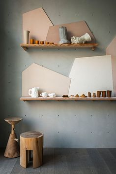 Shelves with style Spotti Raw-Tech during Milan Design Week Curation and set-up by Stidopepe Display Design, Store Design, Display Ideas, Display Stands, Shelf Design, Geometric Shelves, Regal Design, Milan Design, Diy Décoration