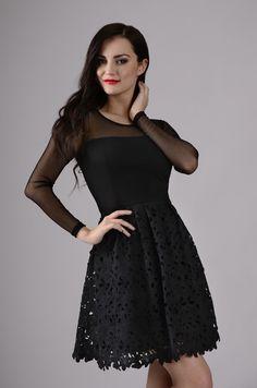 Черное прямое платье с кружевом с