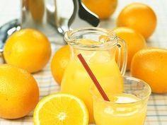 El zumo de naranja recién exprimido es una de las bebidas más saludables y aconsejables de tomar por las mañanas por su aporte en Vitamina C, fibra y potasio. Su consumo resulta ideal para prevenir resfriados y gripe, siendo muy recomendable en caso de osteoporosis, raquitismo y en los periodos de crecimiento óseo, favorece la absorción de hierro por el organismo y tiene una acción antioxidante. http://www.ilvo.es/es/new/zumo-de-naranja-una-manera-saludable-de-empezar-el