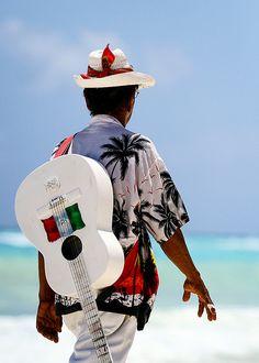Músicos que nos dan un momento de relajación en las playas de Playa del Carmen, Mexico
