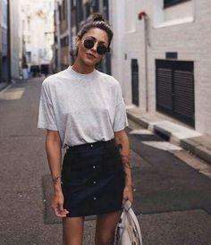 Las faldas de mezclilla son un clásico de moda que siempre estará presente en nuestros closets. Con los botones al centro se ve espectacular le da otro estilo