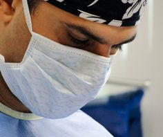 Twarz skupionego chirurga plastycznego.