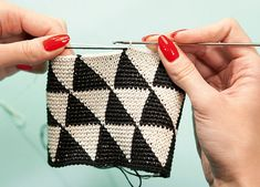 How to make: a modern crochet evening bag. Cute bag but also show's how to switch and crochet with two yarn colors.
