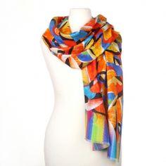 Wunderschönes Seidentuch mit einer Mischung aus floralen Mustern  und Formen im Farbmix.