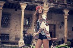 https://deavita.fr/wp-content/uploads/2015/07/mode-hippie-chic-headband-rouge-chandail-blanc-motifs-%C3%A9thno-short-noir-t-shirt.jpg