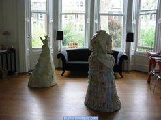 Vestidos vitorianos feitos de mapas e dinheiro-2