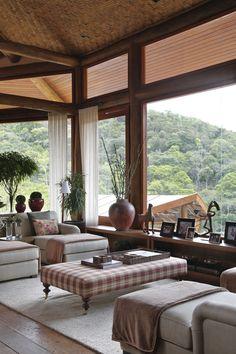 Sustentação da janela com madeira roliça. Gostei.