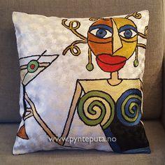 Pynteputa - Dame med marini Hvit. Motivet er tøft og stilig og har et spennende og moderne uttrykk som vil gi et ekstra løft til interiøret. Hovedfargen er en nydelig sølv-hvit farge, og motivet har farger som blå, sort, grønn,gylden-beige,bronse, dyp rød og mosegrønn. Fra nettbutikken www.pynteputa.no #pyntepute #pynteputer #pynteputa #farger