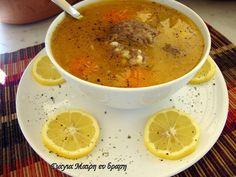 Κρεατόσουπα by Mairh με κους κους  υλικά  1500 γραμ μοσχάρι ελιά  3 καρότα σε ροδέλες  2 ντομάτες καθαρισμενες απο την φλουδα και κομμενες στα 4  1 κρεμμύδι ολόκληρο  2 πατάτες σε μεγάλους κύβους  1 ποτηράκι του κρασιού κουσκούσακι  1/2 ποτήρι του κρασιού ελαιόλαδο  αλάτι Food Network Recipes, Cooking Recipes, The Kitchen Food Network, Greek Recipes, Cheeseburger Chowder, Kids Meals, Sweet Home, Food And Drink, Lunch
