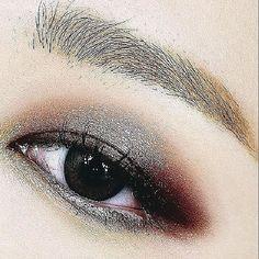 Para lucir unos ojos mucho más grandes utiliza 3 sombras que contrasten. Lo ideal es que sean colores tierra mate - #TuMaqui #TuMaquiBox #TuMaquiLover #TuMaquiTips #makeupgoodies #makeupflatlay #tumaquilover #TuMaqui #TuMaquiBox #instamakeuplover #lifestyle #fashion #trend #glamour #diy #worldwilde #life #makeup