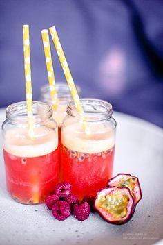 Heeeej på er härliga fredagsmorgon! Hoppas ni har en bra start på veckans skönaste dag! Här blir det först fredagsfys på gymmet… Summer Drinks, Cocktail Drinks, Alcoholic Drinks, Cocktails, Refreshing Drinks, Healthy Drinks, Healthy Snacks, Thanksgiving Drinks, Smoothie Drinks