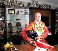 Como CEO da rede Divino Fogão, Reinaldo Varela pilota mais de 170 restaurantes no País. Ao tirar o terno e a gravata, Reinaldo veste o macacão e percorre milhares de quilômetros todo ano. Em 2014, ele completou 32 anos de rali e 335 provas.
