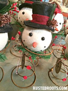 Bed Spring Snowman with Top Hat Country Christmas Decorations, Christmas Centerpieces, Diy Christmas Ornaments, Christmas Signs, Holiday Crafts, Christmas Crafts, Christmas Ideas, Xmas, Paper Ornaments
