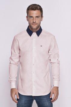 Camisa rosa de gola azul marinho