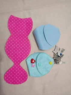 Chaveiro com porta moedas Sewing Crafts, Sewing Projects, Sewing Pockets, Diy And Crafts, Crafts For Kids, Felt Crafts Patterns, Felt Gifts, Book Markers, Felt Dolls