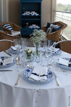 Use ice blue bubble depression glass in tandem with blue and white transferware, colorless glasses, light blue tablecloth Blue Table Settings, Beautiful Table Settings, Place Settings, Brunch Table, Dinner Table, Dresser La Table, Table For 12, Cool Tables, Blue Tables
