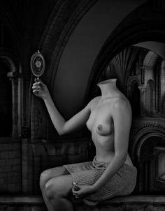 Page : The Less Deceived / Artist : Dominic Rouse / Date : 2000 / 거울 안에는 꽃이 있고, 인물의 얼굴은 없는 독특한 누드화이다.  인물은 거울을 통해 자신의 얼굴을 꽃으로 인식하고 있는 것 같다. 보통 꽃은 아름다움을 상징한다면, 이는 거울을 보고 있는 사람이 자신을 아름답다고 느끼는 것과 일맥상통한다.    사람들은 거울을 통해서만 자신의 얼굴을 볼 수 있다. 일반적인 상황의 모습, 즉 웃고 떠들고 찡그리는 등 다각도에서 자신의 모습을 볼 수 없기 때문에 모든 사람들이 자신은 어느 정도 아름다운 편이라고 생각한다고 한다. 이 작품은 이러한 사람들의 모습을 표현한다. 자신의 실제 얼굴은 모른 채 거울 속 자신의 얼굴만을 실제로 믿고 살아가는 모습이다. 이 작품에서 거울은 허상을 나타낸다.