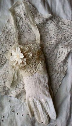 Diy Cool Shabby Chic Decorating picks just for you Vintage Shabby Chic, Vintage Lace, Gants Vintage, Vintage Outfits, Vintage Fashion, Vintage Gloves, Fru Fru, Pearl And Lace, Lady Grey
