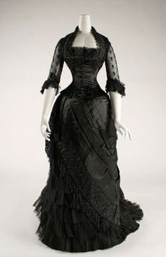 silk evening dress, 1881 - 1884 Love it! 1880s Fashion, Victorian Fashion, Vintage Fashion, Victorian Era, Victorian Dresses, Gothic Dress, Gothic Lolita, Gothic Fashion, Edwardian Dress