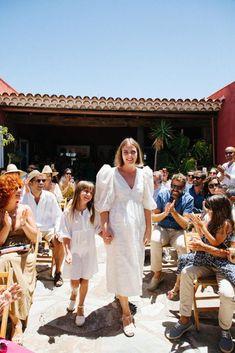 Una novia con un vestido de Andión White Dress, Blog, Dresses, Film, Fashion, Places To Get Married, Wedding Inspiration, Bridal Cupcakes, Night Parties
