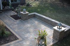 Paver patio with VERSA-LOK seat wall in Lakeland Shores … - Front yard Patio Wall, Diy Patio, Backyard Patio, Backyard Landscaping, Patio Ideas, Slate Patio, Backyard Projects, Concrete Patios, Brick Patios