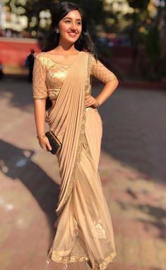 Ashnoor Kaur looks drop-dead gorgeous in saree Indian Designer Outfits, Indian Outfits, Designer Dresses, Farewell Sarees, Shivangi Joshi Instagram, Sarees For Girls, Saree Photoshoot, Saree Trends, Stylish Sarees