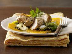Hähnchenbrust auf Orangenscheiben mit Lauch und grünem Pfeffer: Eine kalorienarme Variante der Ente mit Orangensauce mit Hähnchenbrust statt Ente.