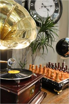 Voltando aos velhos tempos: Gramofone, estilo clássico com tecnologias atuais isso você só encontra na Adoro Presentes!  #adoro #decoração #gramophone #oldway #retro #chess