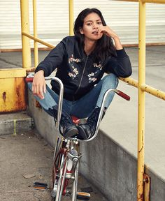 American Eagle Outfitters has launched the campaign featuring Hailee Steinfeld and others. Boho Outfits, Summer Outfits, Girl Outfits, Summer Clothes, Hailee Steinfeld, Poses, Alexa Chung, White Women, Who What Wear