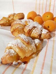 Apricot Croissants - Don't usually eat breakfast but them I cannot resist 😋😍 Biscuits, Pizza, Sweet Pastries, Sweet Cakes, Eat Breakfast, Sweet Bread, Let Them Eat Cake, I Love Food, Food Inspiration