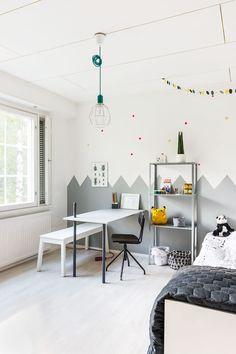 Elianin huoneen pöytä, lakanat ja päiväpeitto on tehty itse, penkki ja hylly ovat Ikeasta. Pöydässä on harjanvarresta tehty keppi, johon voi ripustaa vaikka kynäpussin.