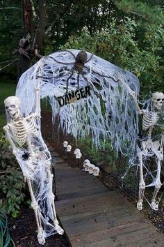Cobweb Entrance Dinner Party Decorating Ideas The post Unique Halloween Party Decorating Ideas That'll Floor You appeared first on Dekoration. Halloween 2018, Soirée Halloween, Adornos Halloween, Halloween Designs, Scary Halloween Decorations, Halloween Dinner, Halloween Celebration, Halloween Party Decor, Holidays Halloween