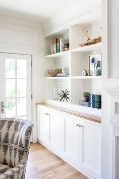 arranging white coastal style shelves with accessories - Home Decoration - Interior Design Ideas Coastal Living Rooms, Home Living Room, Living Room Designs, Living Room Decor, Living Room Built Ins, Living Room Built In Cabinets, Muebles Living, Built In Bookcase, Bookcases