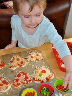 DIY pizza muffin tin meal and fun lunch ideas Toddler Food, Toddler Meals, Kids Meals, Muffin Tin Pizza, Muffin Tins, Fun Food, Good Food, Yummy Food, Muffin Tin Recipes
