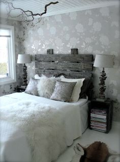 Home Decor as bedroom furniture! DIY Headboard with pallets.  Looks amazing! #homedecor #bedroomfurniture #paintedfurniture.: DIY - Sengegavl