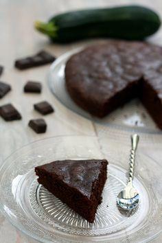 Un gâteau au chocolat et à la courgette, mais pourquoi de la courgette dans un gâteau sucré? Tout simplement pour remplacer le beurre et apporter du moelleux au gâteau, et je peux vous assurer que l'on ne sent pas du tout la courgette! J'ai réalisé deux...