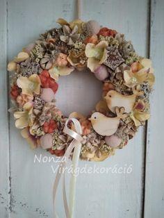 Nonza ajtódíszek - NONZA Virágdekoráció Floral Wreath, Wreaths, Spring, Home Decor, Floral Crown, Decoration Home, Door Wreaths, Room Decor, Deco Mesh Wreaths