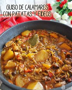 Guiso de calamares con patatas y fideos Spanish Food, Spanish Recipes, Fish And Seafood, Winter Food, Soups And Stews, Entrees, Tapas, Chili, Snacks