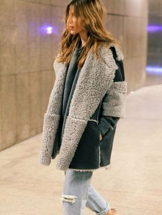 Take a look at 27 cold weather outfits for school in the photos below and get ideas for your own casual winter outfits. Excuse me while I live in soft fuzzy sweaters for the rest of Winter Image source Love Fashion, Womens Fashion, Fashion Trends, Sheepskin Coat, Winter Stil, Winter Coat, Moda Boho, Moda Casual, Cold Weather Outfits
